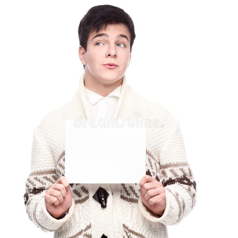 Jeune homme occasionnel drôle caucasien tenant le signe image libre de droits