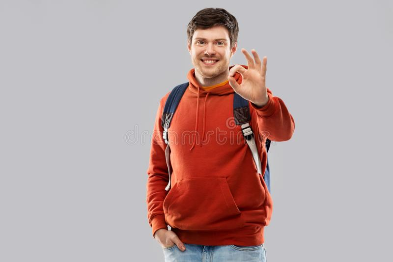 Jeune homme ou étudiant avec le sac d'école ou le sac à dos photographie stock libre de droits