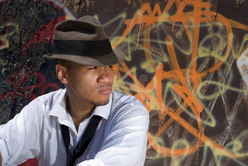 Jeune homme par le mur de graffiti image libre de droits