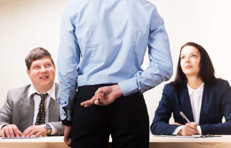 Jeune homme pendant l'entrevue d'emploi et membres des managemen image stock