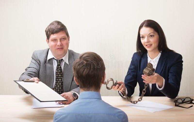 Jeune homme pendant l'entrevue d'emploi et membres des managemen images libres de droits