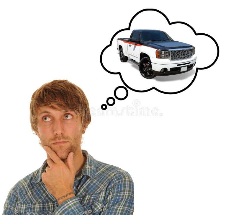 Jeune homme pensant à une voiture image stock