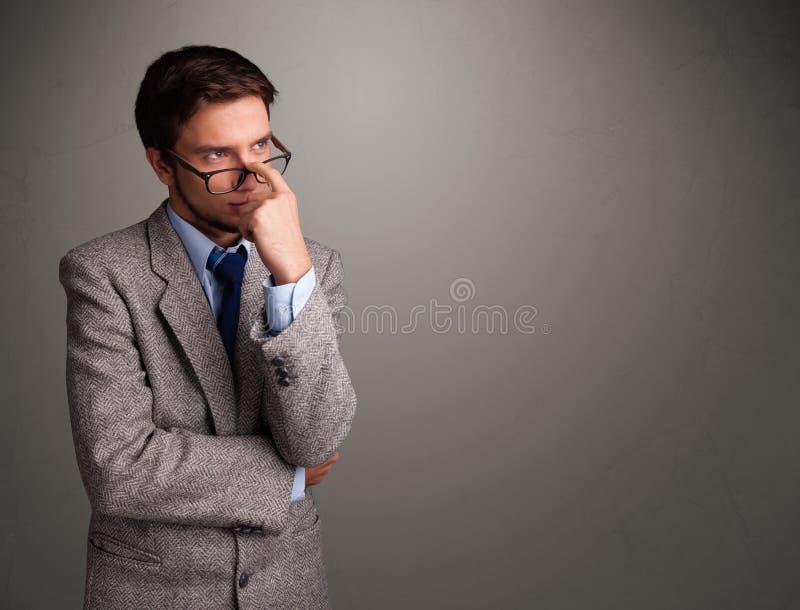 Jeune homme pensant avec l'espace vide de copie image stock