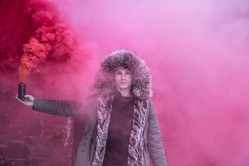 Jeune homme posant avec une bombe fumigène image libre de droits