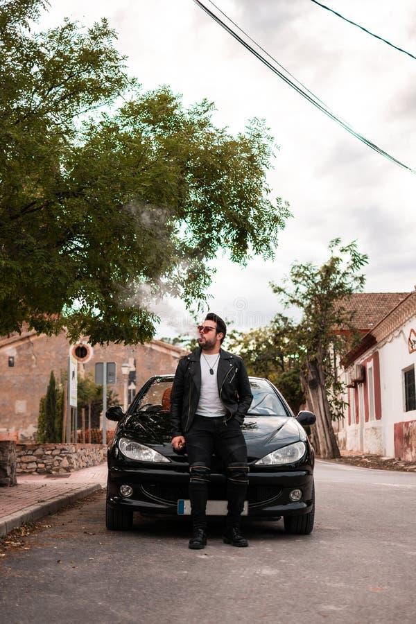 Jeune homme posant dans une voiture convertible Conducteur, loisirs image stock