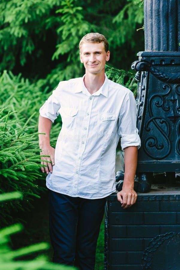 Jeune homme posant pour une photo, fond vert photographie stock libre de droits