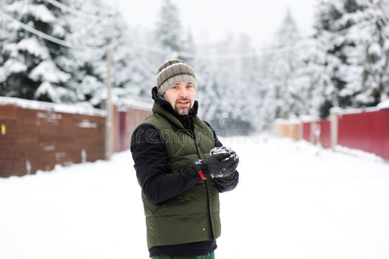 Jeune homme préparant une boule de neige images libres de droits