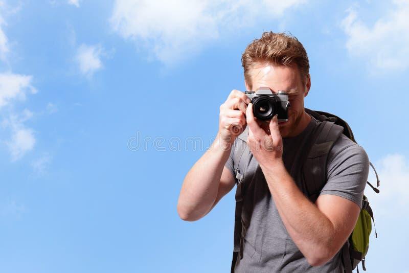 Jeune homme prenant la photo images stock