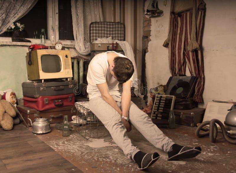Jeune homme prenant un petit somme à la pièce abandonnée malpropre photos libres de droits