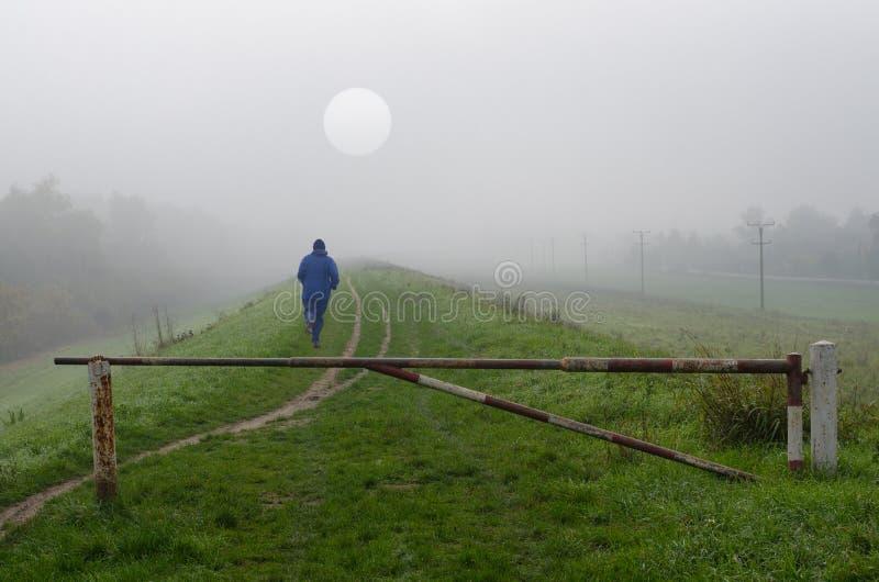 Jeune homme pulsant en nature le jour brumeux froid d'automne images libres de droits
