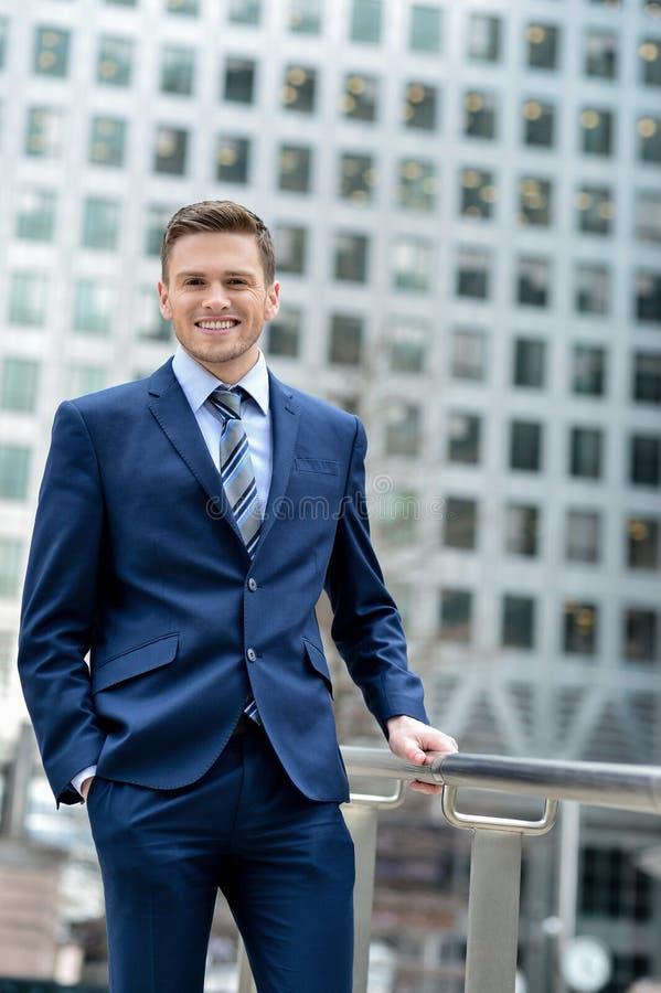 Jeune homme réussi d'affaires à extérieur images libres de droits