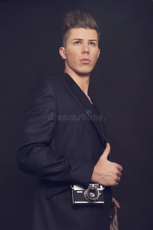 Jeune homme réussi sur le fond noir photo stock