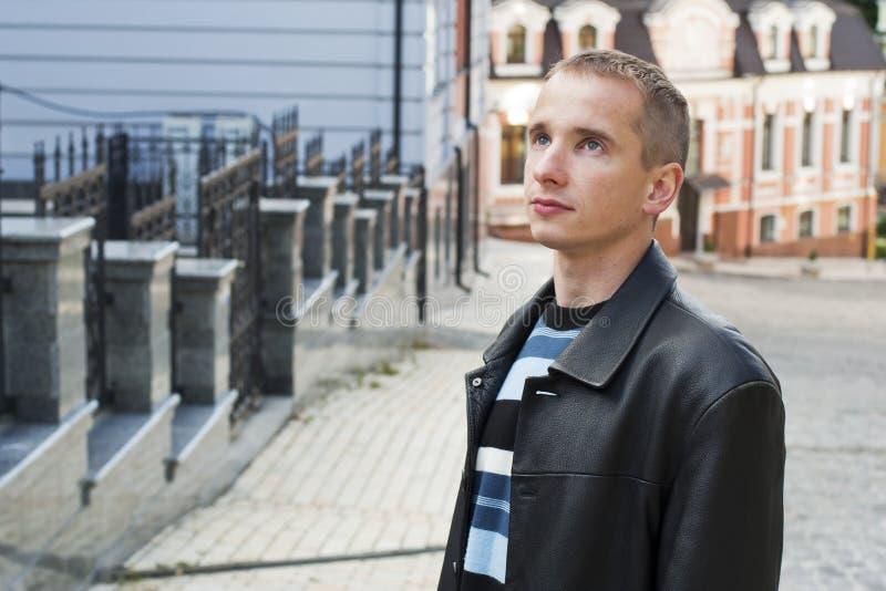 Jeune homme recherchant photo libre de droits