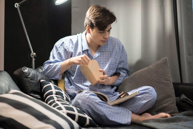 Jeune homme refroidissant à la maison photo libre de droits