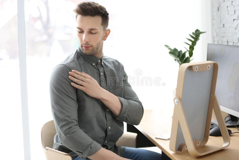 Jeune homme regardant des pellicules dans son épaule photo stock