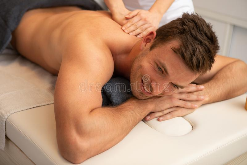 Jeune homme Relaxed recevant un massage arri?re photos stock