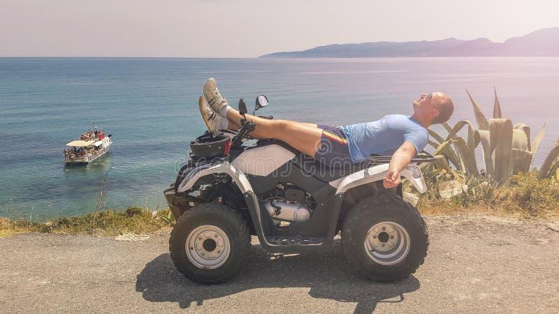 Jeune homme, repos, vélo de quadruple photos stock