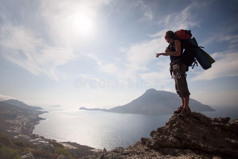 Jeune homme restant sur une roche photos libres de droits