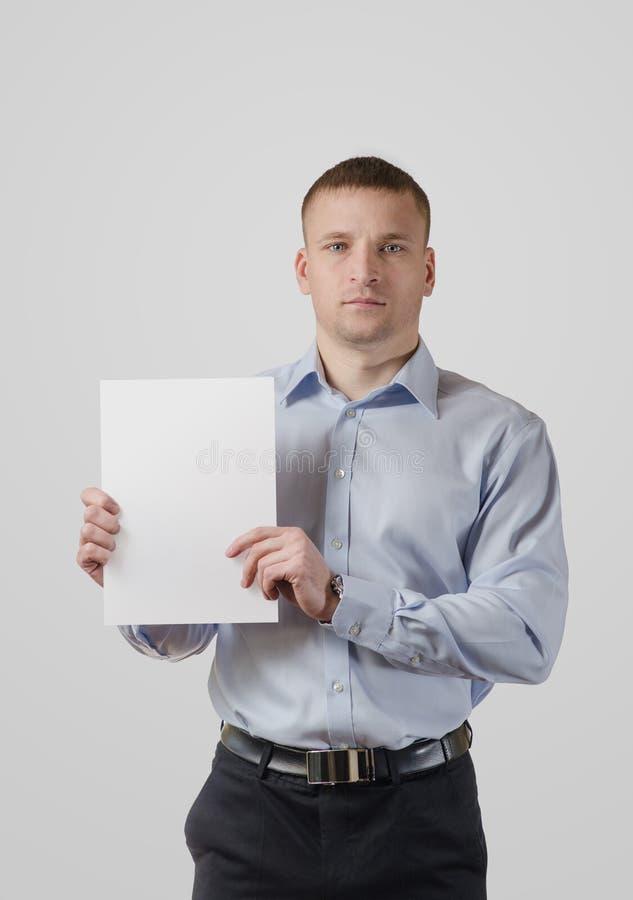 Jeune homme sérieux avec une bannière photo libre de droits