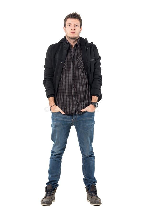 Jeune homme sérieux dans des bottines de veste et de cuir d'hiver regardant l'appareil-photo images stock