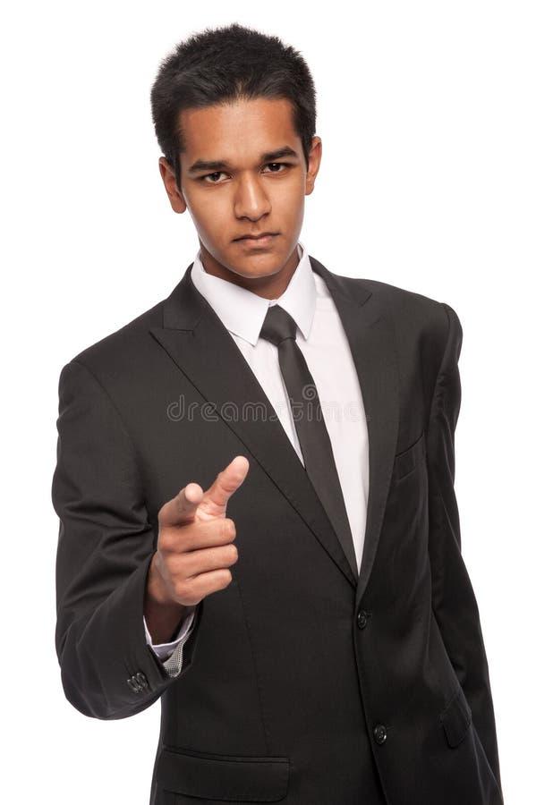 Jeune homme sérieux dirigeant son doigt images libres de droits