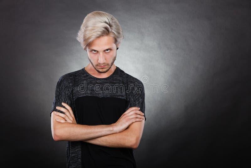 Jeune homme sérieux fâché, émotion négative photo libre de droits