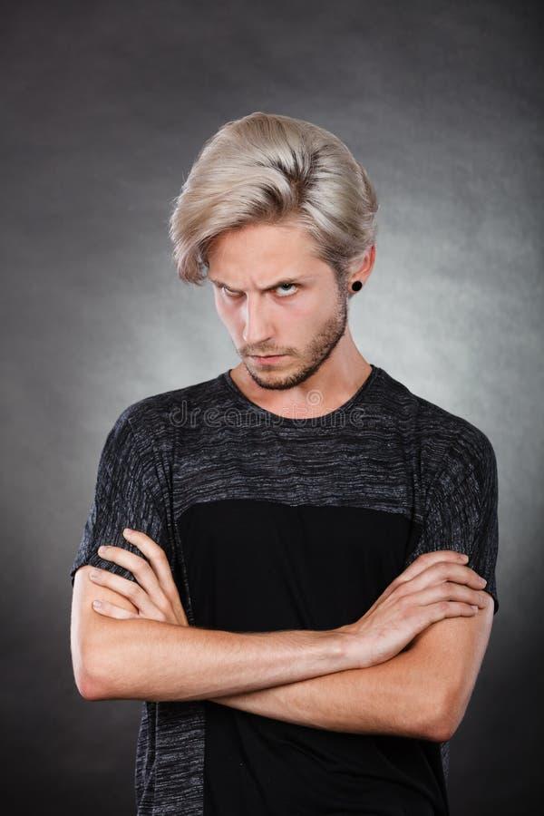 Jeune homme sérieux fâché, émotion négative images stock