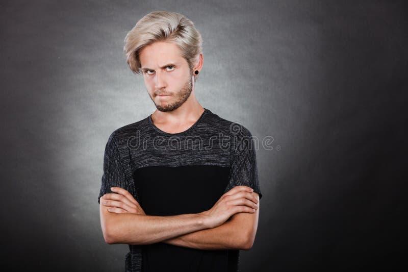 Jeune homme sérieux fâché, émotion négative photographie stock