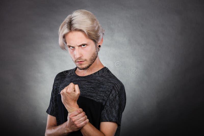 Jeune homme sérieux fâché, émotion négative image libre de droits