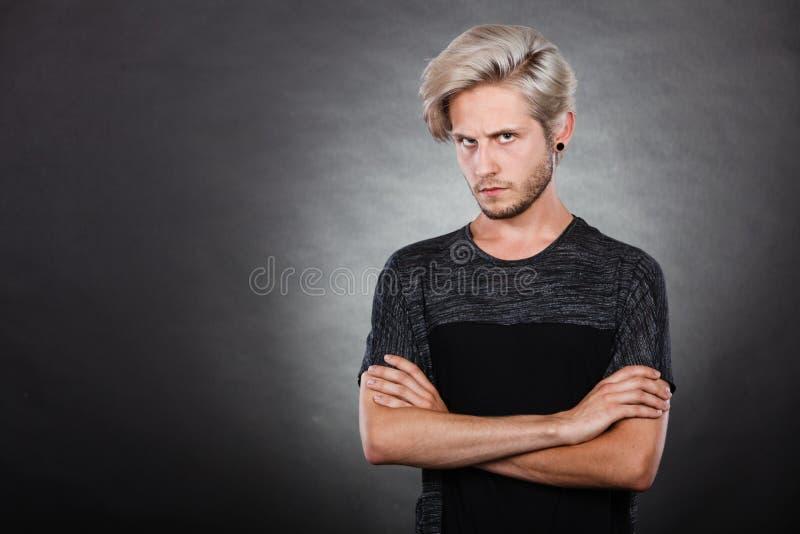 Jeune homme sérieux fâché, émotion négative photographie stock libre de droits