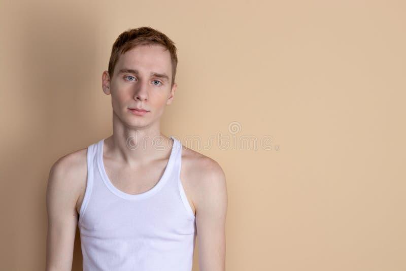 Jeune homme sérieux posant et regardant la caméra images stock