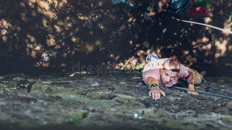 Jeune homme s'élevant sur un mur, vue supérieure Concept extrême d'activité en plein air de mode de vie photos libres de droits