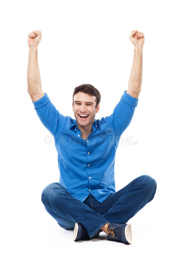 Jeune homme s'asseyant avec des bras augmentés image stock