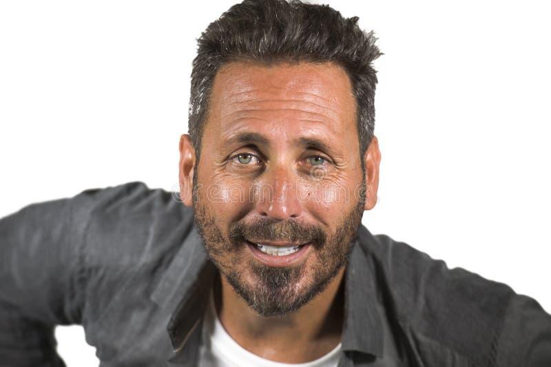 Jeune homme 40s heureux et bel avec des yeux bleus et barbe dans la chemise occasionnelle posant dans le sourire frais d'attitude photographie stock