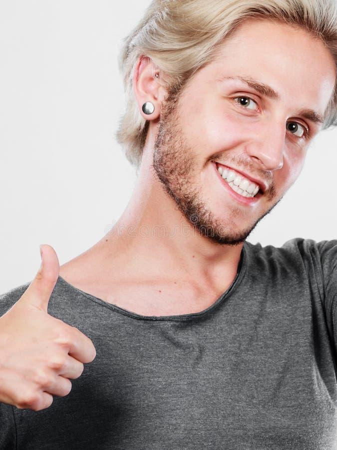 Jeune homme satisfait renonçant au pouce photos libres de droits