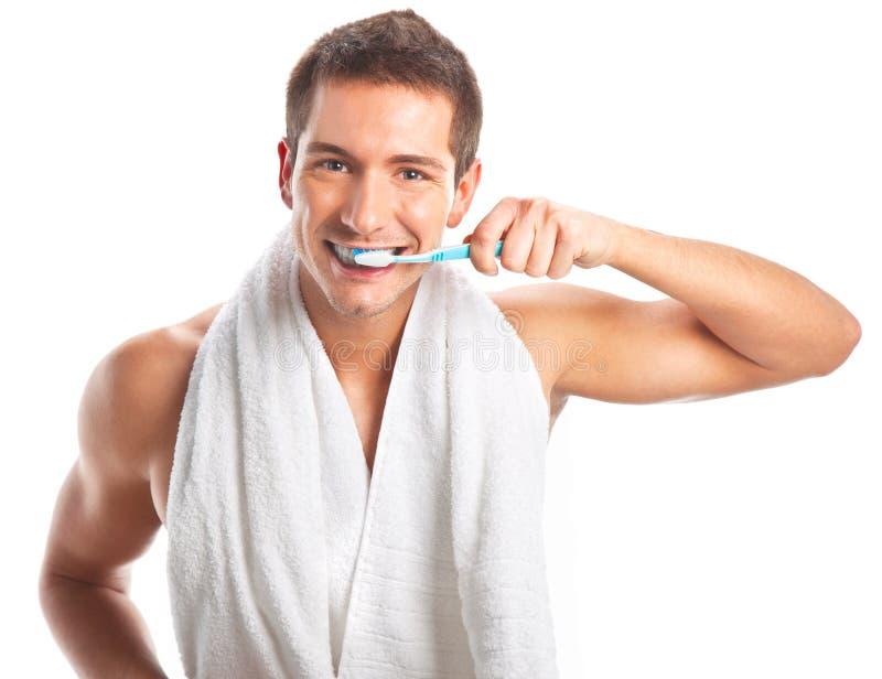Jeune homme se brossant les dents photo libre de droits