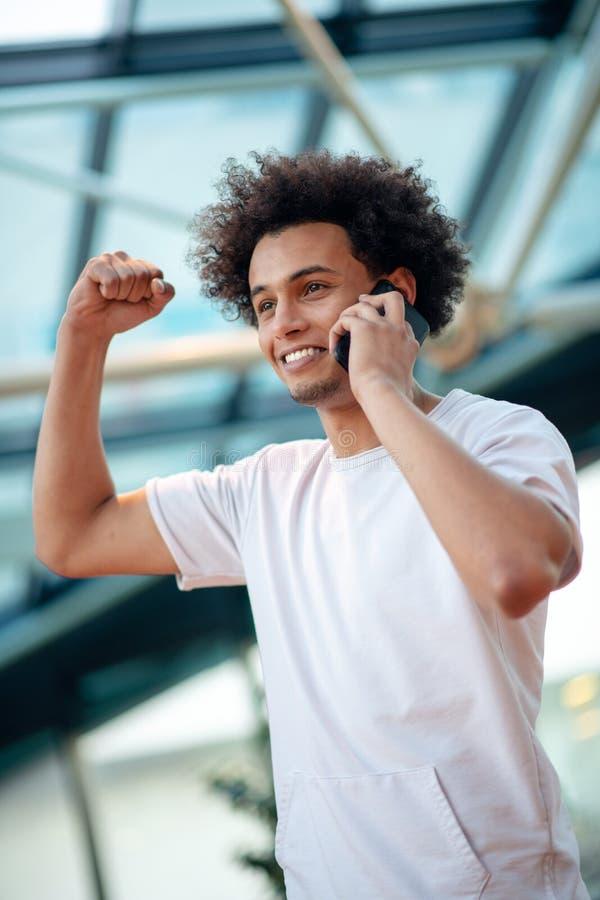 Jeune homme semblant parti tout en parlant au t?l?phone portable en caf? images libres de droits