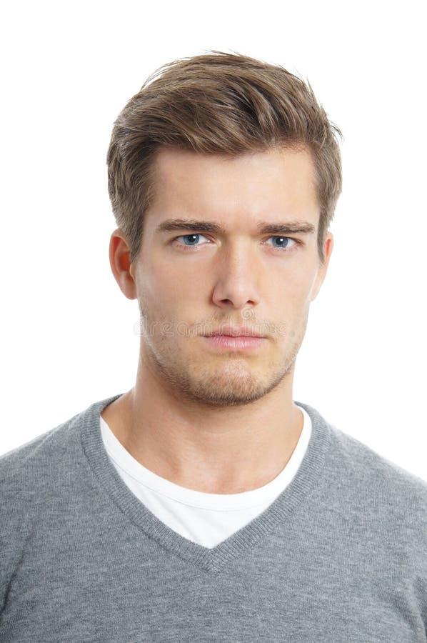 Jeune homme semblant sérieux image stock