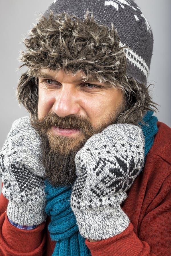 Jeune homme sentant l'essai à froid de maintenir chaud, la secousse et le shiverin images stock