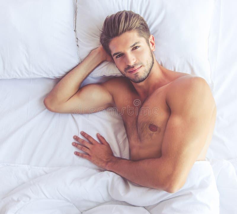 Jeune homme sexy image stock