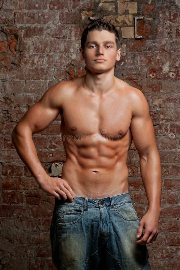 Le Jeune Garçon Sexy Nu Musculaire Dans Des Lunettes De