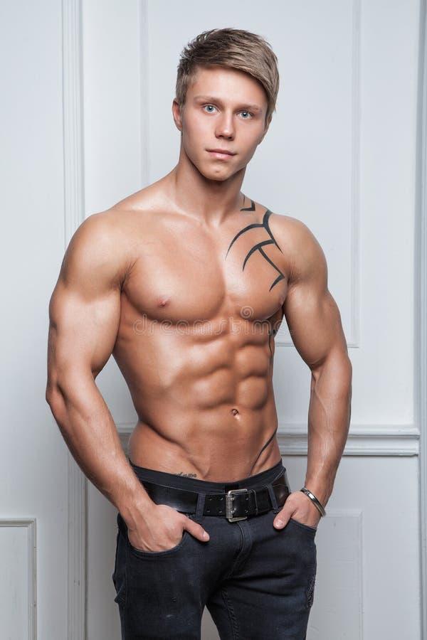 Jeune Homme Sexy Nu Musculaire Posant Dans Des Jeans Photo