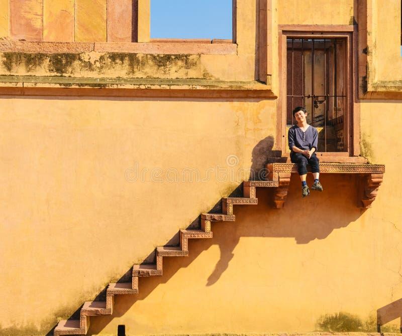 Jeune homme simple explorant Fatehpur Sikri image libre de droits