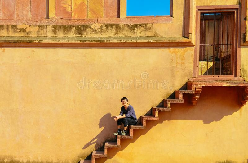 Jeune homme simple explorant Fatehpur Sikri photos libres de droits