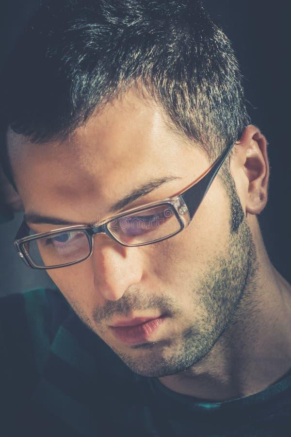 jeune homme songeur avec des verres photos libres de droits
