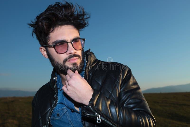 Jeune homme songeur de mode avec la barbe et les glassess photos libres de droits