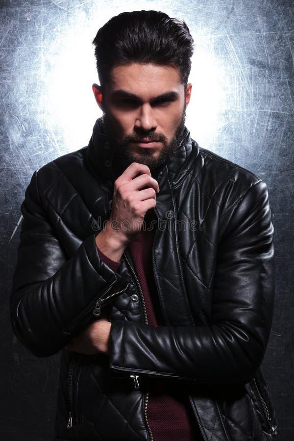 Jeune homme songeur de mode dans la veste en cuir images stock