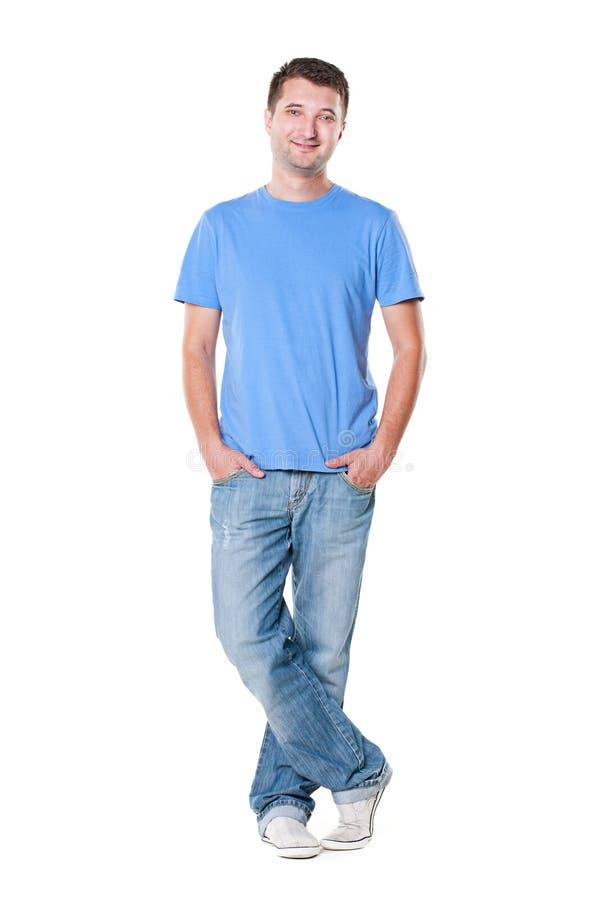 Jeune homme souriant dans le T-shirt bleu image libre de droits