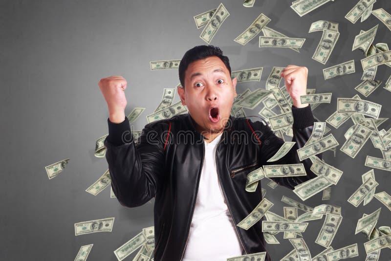 Jeune homme sous la pluie de l'argent photographie stock libre de droits