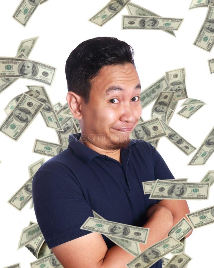 Jeune homme sous la pluie de l'argent photo stock